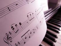Lecciones de música en el piano foto de archivo