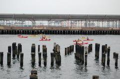 Lecciones del kajak en East River de New York City Fotografía de archivo libre de regalías