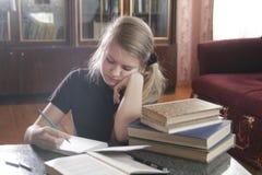 Lecciones que hacen adolescentes de la muchacha en casa Foto de archivo libre de regalías