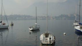 LECCO, ΙΤΑΛΊΑ - το Φεβρουάριο του 2017 CIRCA: βάρκες στη μαρίνα της πόλης Lecco στη λίμνη Como, Λομβαρδία, Ιταλία απόθεμα βίντεο