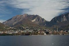 Lecco En sikt från Malgrate arkivbilder