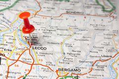 Lecco fijó en un mapa de Italia Foto de archivo