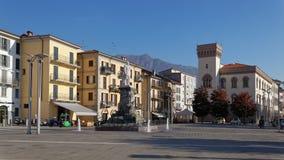 LECCO, ITALY/EUROPE - 29 ΟΚΤΩΒΡΊΟΥ: Άποψη του κύριου τετραγώνου στο Λ στοκ εικόνες με δικαίωμα ελεύθερης χρήσης