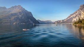 LECCO ITALY/EUROPE - OKTOBER 29: Kayaking på sjön Como på Lecc arkivbilder