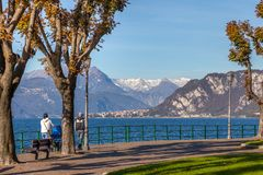 LECCO, ITALY/EUROPE - 29 OKTOBER: Mensen die langs prom lopen stock afbeelding
