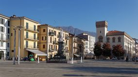 LECCO ITALY/EUROPE - OKTOBER 29: Sikt av den huvudsakliga fyrkanten i L royaltyfria bilder