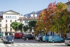 LECCO ITALY/EUROPE - OKTOBER 29: Sikt av en liten fyrkant i Lec royaltyfri bild