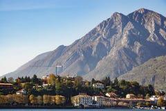 LECCO ITALY/EUROPE - OKTOBER 29: Sikt av en liten gemenskapopp royaltyfria bilder
