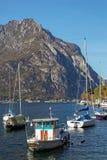 LECCO ITALY/EUROPE - OKTOBER 29: Sikt av fartyg på sjön Como på royaltyfria foton