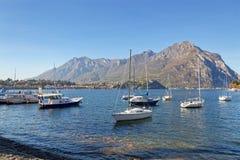 LECCO ITALY/EUROPE - OKTOBER 29: Sikt av fartyg på sjön Como på arkivfoto