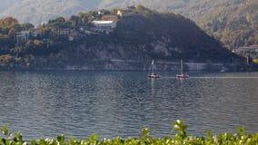 LECCO ITALY/EUROPE - OKTOBER 29: Sikt av fartyg på sjön Como på royaltyfri bild