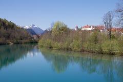 Lech flod, fjällängar och Hohes Schloss i vår, Bayern Royaltyfria Bilder
