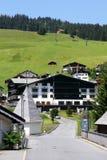 Lech w Austria jest faworyt zimy sportów miejsce przeznaczenia ale podczas lata możesz chodzić dużo ty tutaj obrazy stock