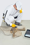 Lechada de la pintura de fondo del cepillo del trabajador de piedras Fotografía de archivo libre de regalías