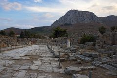 Lechaio väg i forntida Corinth, Grekland arkivbild