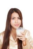 Leche asiática de la bebida de la mujer que se lame el labio Imágenes de archivo libres de regalías