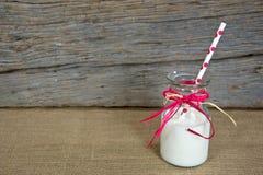 Leche blanca en botella de leche retra Fotografía de archivo libre de regalías