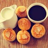Leche, café y molletes en una tabla rústica foto de archivo