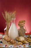 Leche, cereales, granos, mantequilla y huevos. Imágenes de archivo libres de regalías