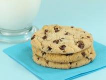 Leche con las galletas Fotos de archivo libres de regalías