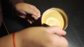 Leche de Barista Hands Pouring Warm en taza de café metrajes