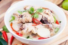 Leche de coco con el pollo Sopa tailandesa tradicional Tom Kha Gai imágenes de archivo libres de regalías