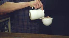 Leche de colada de Barista en café caliente almacen de metraje de vídeo