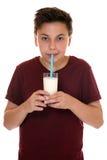 Leche de consumo de la consumición del muchacho joven sano del adolescente Imágenes de archivo libres de regalías