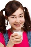 Leche de consumo de la muchacha aislada en el fondo blanco Imagen de archivo libre de regalías