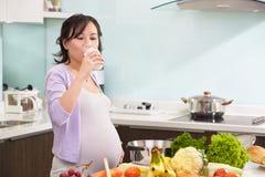 Leche de consumo de la señora embarazada Fotografía de archivo