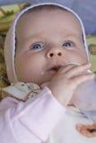 Leche de consumo del bebé fotografía de archivo