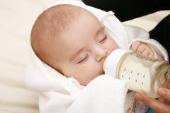 Leche de consumo del bebé Fotografía de archivo libre de regalías