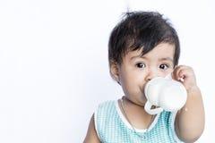 Leche de consumo del bebé asiático del biberón Imagenes de archivo