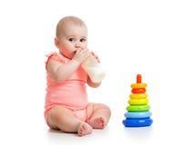 Leche de consumo del bebé de la botella Foto de archivo libre de regalías