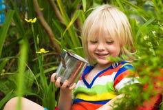 Leche de consumo del niño feliz en jardín imágenes de archivo libres de regalías