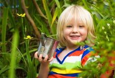 Leche de consumo del niño lindo al aire libre foto de archivo libre de regalías