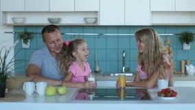 Leche de consumo de la muchacha linda en cocina por la mañana almacen de video