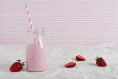 Leche de la fresa en botella retra con el espacio del texto Foto de archivo libre de regalías