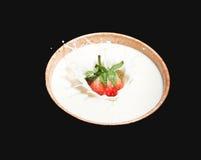 Leche de la fresa en una taza de distribución de agua Fotografía de archivo