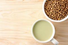 Leche de soja en el vidrio blanco fotografía de archivo