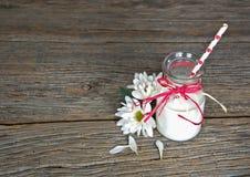 Leche en botella de leche retra con la paja Imagen de archivo libre de regalías