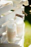 Leche en botella lechosa con la decoración Imagenes de archivo