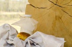 Leche fresca en una botella de cristal y un vidrio, al lado de las empanadas en una tabla de madera El concepto de productos org? imagen de archivo libre de regalías