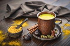 Leche india tradicional de la cúrcuma de la bebida foto de archivo