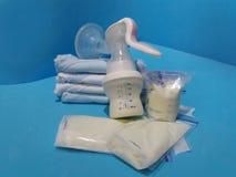Leche materna en bolsos y bomba de lactancia del almacenamiento imágenes de archivo libres de regalías