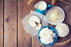 Leche, queso y mantequilla en fondo de madera Visión desde arriba Foto de archivo libre de regalías