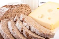Leche, queso y pan. Desayuno. Fotografía de archivo