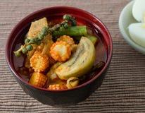 Leche roja del curry y de coco con el huevo hervido Fotografía de archivo
