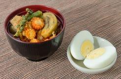 Leche roja del curry y de coco con el huevo hervido Imágenes de archivo libres de regalías