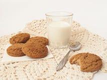 Leche y biscuits2 Imágenes de archivo libres de regalías